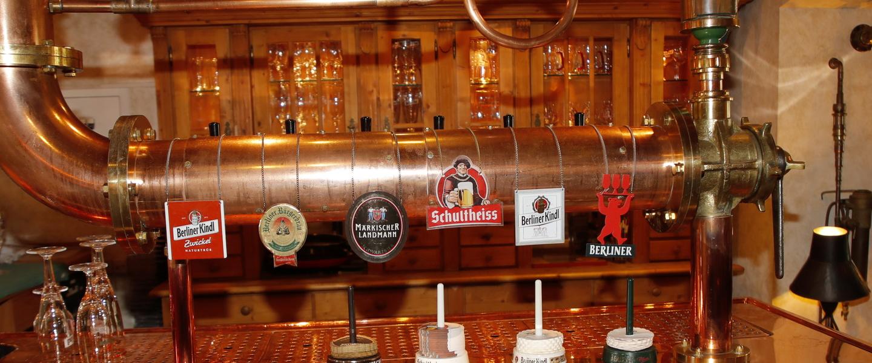 Zapfanlage in der Berliner Brauerei mit Marken-Logos