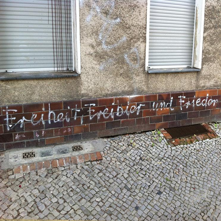 Hausmauer in Berlin mit Graffiti