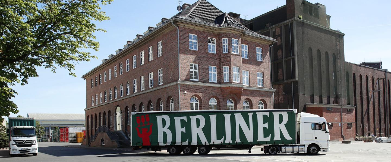 Zwei Trucks von Berliner Pilsner vor firmeneigener Brauerei