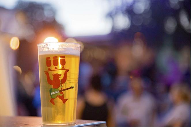 Becher mit Berliner Pilsner Bier
