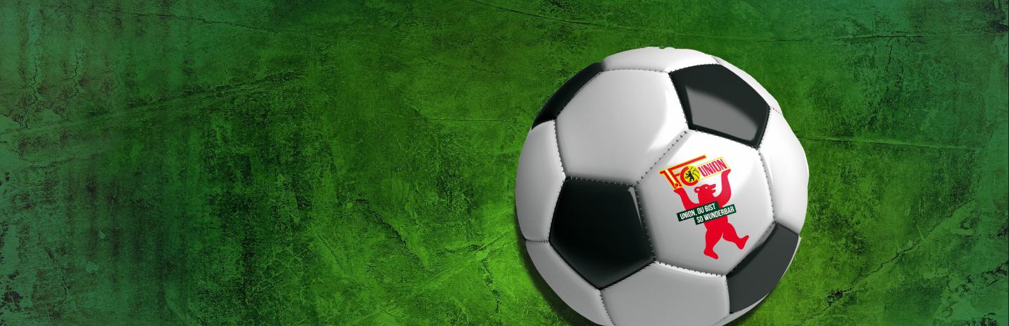 Fußball mit 1. FC Union- und Berliner-Pilsner-Logo